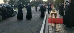 Preotii au adus lumina de la Ierusalim cu avionul in Romania