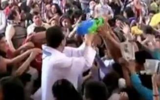 Preotul Spiderman care improasca enoriasii cu un pistol cu apa sfintita (Video)