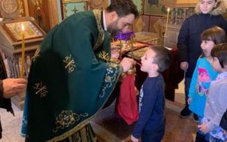 """Preotul care oficiaza slujba de Inviere in limbajul mimico-gestual: """"Ii multumesc lui Dumnezeu ca m-a adus in mijlocul acestei comunitati!"""""""