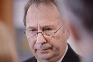 Presedintele CCR, Valer Dorneanu, a fost huiduit si apostrofat de protestatari (Video)