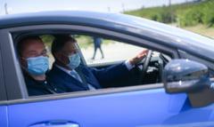 """Presedintele Iohannis a facut un test-drive cu noul model Ford produs la Craiova: """"Mi-a placut masina"""""""