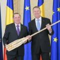 Presedintele Iohannis a primit cadouri de peste 6.500 de euro in 2019 - printre acestea un baston de maresal, manusi de portar, tricou cu PSD