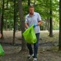"""Presedintele Klaus Iohannis participa la curatarea raului Arges. """"Autoritatile sa organizeze actiuni de strangere a gunoaielor"""""""