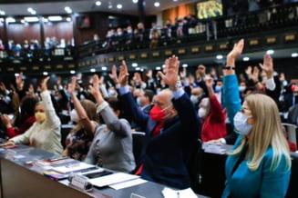 Presedintele Venezuelei, Nicolas Maduro, preia puterea in parlament. Opozitia s-a reunit intr-o adunare paralela