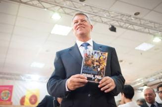 Presedintele-scriitor Iohannis si suita sa de fani au adus campania electorala la Bookfest