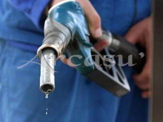 Pretul barilului de petrol a scazut cu peste 50% incepand cu august 2014. Reactia in Romania, intarziata si nesemnificativa
