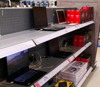 Preturile la laptopuri, tablete si telefoane au crescut masiv. Scoala online a golit rafturile de electronice