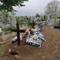 Primăria din Botoșani a închiriat un excavator pentru a săpa morminte în cimitir. Groparii nu mai fac față numărului de morți