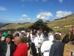 """Prima editie a Festivalului """"Comorile Muntelui"""" de pe Masivul Rarau a adunat cateva mii de participanti"""