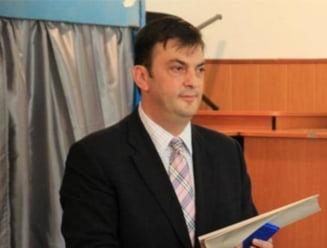 Primarul absent Rares Manescu raspunde acuzatiilor de tradare si blat
