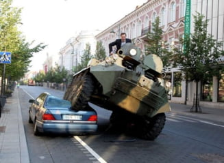 Primarul din Vilnius a calcat, cu un tanc, masinile parcate ilegal (Video)
