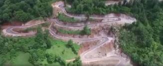 Primarul unei comune din Timis a transformat un drum accidentat intr-un Transfagarasan in miniatura (Video)