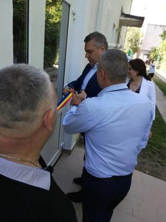 Primarul unui oras din Romania a inaugurat cu fast o scara de incendiu (Foto)