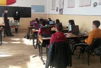 """Primele calculatoare din viata unor elevi de la Rosia Montana. Cum au reusit cativa tineri sa stranga peste 40 de laptopuri: """"E un amestec de speranta si furie neagra"""""""