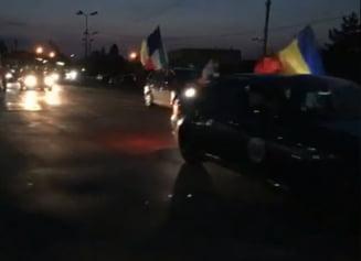 Primele coloane de masini cu romani, intampinate in vama cu steaguri si aplauze: Romania, trezeste-te! (Video)