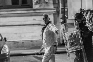 Primele declaratii ale barbatului in alb de la proteste: Am fost anuntati ca doi jandarmi sunt omorati. Toata piata a inceput un atac masiv asupra fortelor de ordine