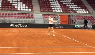 Primele imagini cu Simona Halep pe zgura din Rouen: Sportiva noastra e gata de semifinala Fed Cup (Video)
