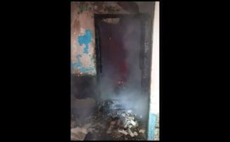 Primele imagini din salonul mistuit de foc la spitalul din Piatra Neamt. Fotografiile arata tocul usii inca arzand mocnit