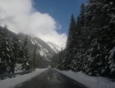 Primele probleme din cauza ninsorii: O masina este blocata in viscol
