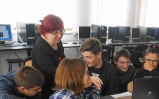 """Profesoara care preda algoritmica prin metode nonformale. """"E o provocare mai mare la liceu decat la facultate"""""""