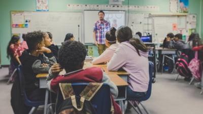 Profesorii care nu au green pass și nu vor să se testeze nu mai au voie să predea nici online în această țară. Măsura intră în vigoare din 3 octombrie