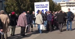 Profesorii fac coada la vaccinare. Rand de sute de persoane fotografiat in fata centrului de imunizare de la Romexpo