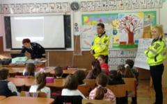 Proiect inedit al politistilor. Ii invata pe elevii de clasa I cum sa fie in siguranta pe strada, la scoala si acasa
