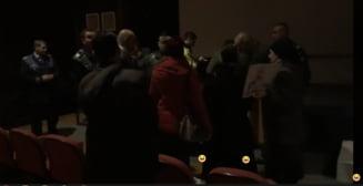 Proiectia unui film despre educatia sexuala, SIDA si homosexuali a fost intrerupta la Bucuresti de un grup de credinciosi scandalizati