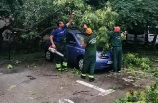 Proprietarii de masini lovite de furtuna vor fi ajutati de primarie in Sectorul 4. Ce trebuie sa faca pagubitii