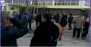 Protest al angajatilor Diviziei Petrochimice Bradu in fata combinatului Oltchim