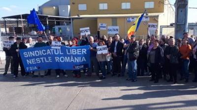 Protest al angajatilor Nestle de la Timisoara, nemultumiti de salariile compensatorii pe care le vor primi dupa inchiderea fabricii