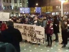 "Protest al studentilor la Timisoara: Au purtat, pe umeri, un sicriu invelit in tricolor pe care scria ""Justitie"""