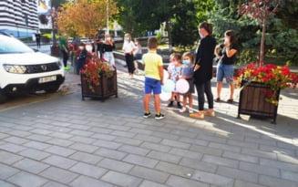 Protest anti-masca in nordul Moldovei. Zeci de parinti sustin ca purtarea mastii la scoala poate afecta sanatatea copiilor