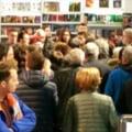 Protest cu hartie igienica la Gaudeamus, la lansarea cartii lui Dan Voiculescu (Video). Directorul Humanitas a luat o decizie transanta