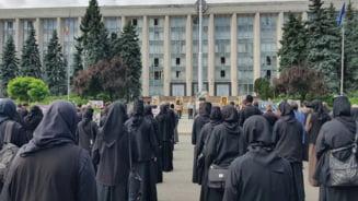 Protest cu imnuri religioase și pancarte împotriva vaccinării organizat la Chișinău de preoții supuși Patriarhiei Moscovei VIDEO