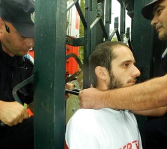 Protest cu lanturi si catuse in fata Guvernului, fata de exploatarile cu cianuri
