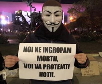"""Protest cu masti, la 4 dimineata, la Universitate: """"Iert pentru ca sunt crestin, dar sa va iert la nesfarsit as fi cretin!"""" Interviu"""
