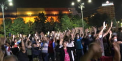 Protest cu masti de gaze si mainile ridicate in Piata Victoriei, la o saptamana de la violente: Libertate! (Foto & Video)