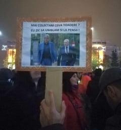 Protest cu suluri de hartie igienica la Guvern: V-am adus hartie pentru puscarie! (Galerie foto)