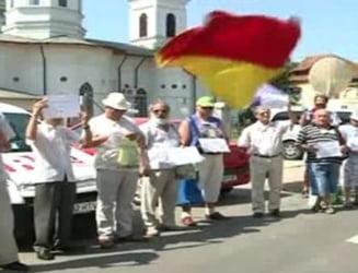 Protest de 2 minute, la sediul de campanie al lui Traian Basescu
