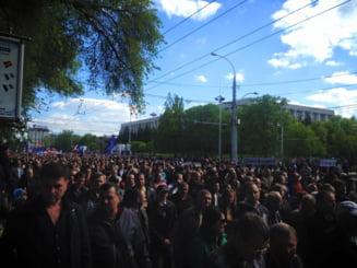 """Protest de amploare la Chisinau: 40.000 de oameni scandeaza """"Jos Guvernul, jos Parlamentul!"""" (Video)"""