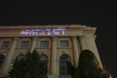 Protest duminica in Bucuresti, dupa ce un barbat care a proiectat mesajul #Rezist a fost retinut de Politie (Video)