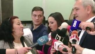 Protest fata de Dragnea la tribunal. A primit un sticker cu #rezist si o foaie sa-si scrie demisia. Dragnea: Sunteti colega cu Ponta (Video)