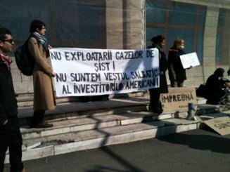 Protest in Bucuresti: Zeci de activisti spun nu exploatarii gazelor de sist