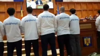 Protest in Parlament fata de adoptarea urgenta a Legilor Justitiei in Comisia Iordache: USR s-a imbracat in tricouri cu mesajul #FaraPenali (Video)