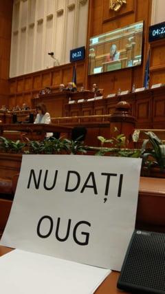 Protest in Parlament in timpul discursului lui Dancila (Foto)
