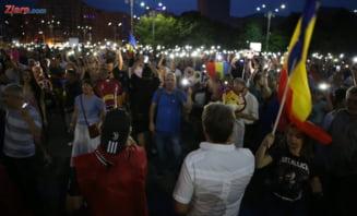 """Protest in Piata Victoriei, dupa mitingul PSD: Mii de oameni au aprins lanternele si au strigat continuu """"Rezistam, nu cedam!"""" (Galerie foto)"""