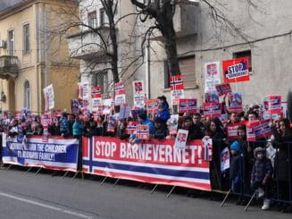 Protest in fata Ambasadei Norvegiei, dupa ce serviciile sociale norvegiene ar fi luat abuziv copiii unei familii de romani