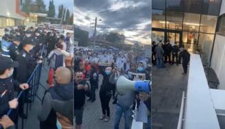 Protest in fata Biroului Electoral al Sectorului 1. Jandarmii au intervenit, dupa ce zeci de oameni au fortat intrarea