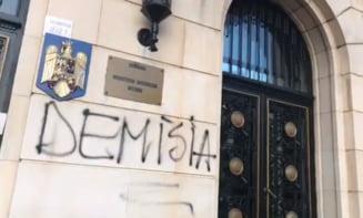 Protest in fata Ministerului de Interne: Politia ucide! Demisia! (Foto&Video)